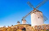 コンスエグラ日没、トレド、カスティーリャ - ラマンチャ、スペインの州の有名な風車. — ストック写真