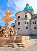Famous Residenzbrunnen with Salzburg Cathedral in the background on Residenzplatz in Salzburg, Austria — Stock Photo