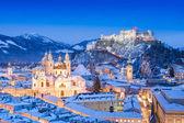 Historische stad salzburg met festung hohensalzburg in de winter, salzburger land oostenrijk — Stockfoto