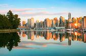 Skyline di vancouver con parco stanley al tramonto, british columbia, canada — Foto Stock