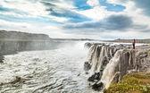 Kvinna som står nära berömda selfoss vattenfall i vatnajokull national park, nordöstra island — Stockfoto