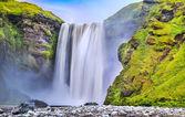 Długich ekspozycji wodospad skogafoss słynnego w islandii o zmierzchu. — Zdjęcie stockowe