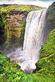 Wodospad skogafoss słynnego w islandii. — Zdjęcie stockowe