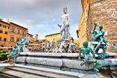 Slavná fontána neptun na náměstí piazza della signoria ve florencii, itálie — Stock fotografie
