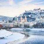 Beautiful view of Salzburg skyline with Festung Hohensalzburg and river Salzach in winter, Salzburger Land, Austria — Stock Photo