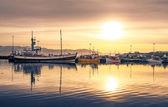 日没で、アイスランドのフーサヴィーク港で横になっている船 — ストック写真
