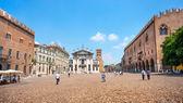 Famosa piazza delle erbe a mantova, lombardia, italia — Foto Stock