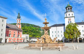 Beautiful view of Residenzplatz with famous Residenzbrunnen in Salzburg, Salzburger Land, Austria — Stock Photo