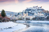 Beautiful view of Salzburg skyline with Festung Hohensalzburg and river Salzach in winter, Salzburger Land, Austria — Stock Photo