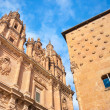 Famous Casa de las Conchas with La Clerecia Church in Salamanca, Castilla y Leon, Spain — Stock Photo