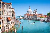 канал гранде и базилика ди санта-мария делла салюте в венеции, италия — Стоковое фото