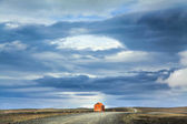Barren landscape with old red snowstorm shelter at Kjolur highland road, Iceland — Stockfoto