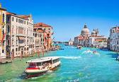 运河与大教堂 di 圣玛丽亚格兰德 della 致敬在威尼斯,意大利 — 图库照片