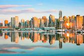 Skyline de vancouver com o porto ao pôr do sol, colúmbia britânica, canadá — Fotografia Stock