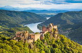Beautiful landscape with Aggstein castle ruin and Danube river at sunset in Wachau, Austria — Stock Photo