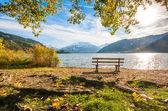 公園のベンチ、アルプスの山湖の美しい秋の景色、ツェル アム ゼー、ザルツブルク、オーストリア — ストック写真