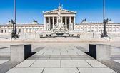 Austrian parliament building with famous Pallas Athena fountain and main entrance in Vienna, Austria — Stock Photo