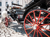Traditional horse-drawn Fiaker carriage at famous Hofburg Palace in Vienna, Austria — Stock Photo