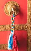 Rouge porte peinte avec la décoration en laiton. — Photo
