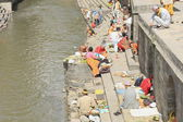 Hindu faithfuls and bhatta priests-Bagmati river-Pashupatinbath temple-Deopatan-Kathmandu-Nepal. 0287 — Stock Photo