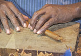 Cigar maker puts the finishing touches on a Cuban cigar. — Stock Photo