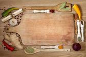 Frontera de verduras y especias y tablero de corte vacío — Foto de Stock