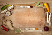 Vegetables and spices border and empty cutting board — 图库照片