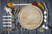 Egzotycznych przypraw i pusty cięcia pokładzie jedzenie — Zdjęcie stockowe