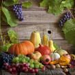 Bodegón de frutas y verduras con calabazas en otoño — Foto de Stock