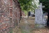 Outono beco do cemitério com sepulturas — Fotografia Stock