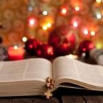 圣诞节和圣经 》 与模糊蜡烛光背景 — 图库照片
