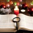 Navidad y Biblia con velas borrosas luz de fondo — Foto de Stock