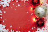 Christmas lights gränsen med grannlåt och snö på röd bakgrund — Stockfoto