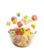 Ensalada de frutas vuela el recipiente aislado sobre fondo blanco — Foto de Stock