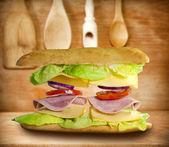 бутерброд на старых абстрактное понятие винтажные деревянные доски — Стоковое фото