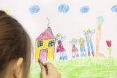 Fille dessine sa propre maison et la famille heureuse — Photo