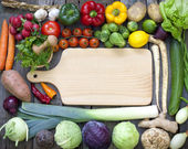Vegetables and spices vintage border and empty cutting board — Foto Stock