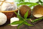 Bamboe en kokosmelk spa cosmetische stilleven — Stockfoto