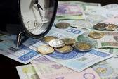 Tijd is geld concept met pools munten en biljetten — Stockfoto