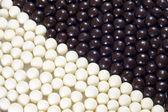 Słodycze tło i czarne kulki — Zdjęcie stockowe