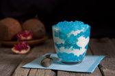 Dessert in kom op vintage houten planken in het donker — Stockfoto