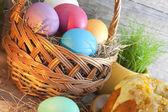 Coloridos huevos de pascua en la cesta closeup — Foto de Stock