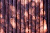 Oude houten ballen planken hek in de zon achtergrondstructuur — Stockfoto