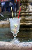 玛格丽塔鸡尾酒与柠檬在餐厅室外特写 — 图库照片