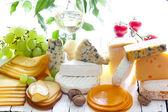 Beaucoup de types de fromage sur planche à découper abstract composition — Photo