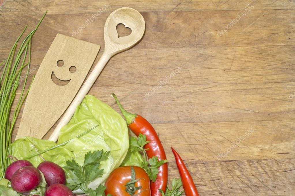 Verduras y utensilios de cocina en concepto de fondo de for Elementos cocina
