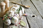 Organic garlic in the kitchen on the wooden table still life — ストック写真