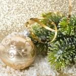 Golden Christmas Ball mit Weihnachtsbaum Zweig — Stockfoto