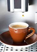 新鮮なエスプレッソのカップにコーヒーを注ぐコーヒー メーカー — ストック写真