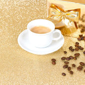Taza de café sobre fondo de oro — Foto de Stock